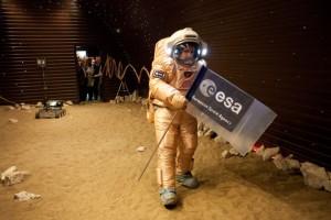 Abb.1: Probespaziergang auf der simulierten Marsoberfläche. Bildrechte: ESA/IBMP.